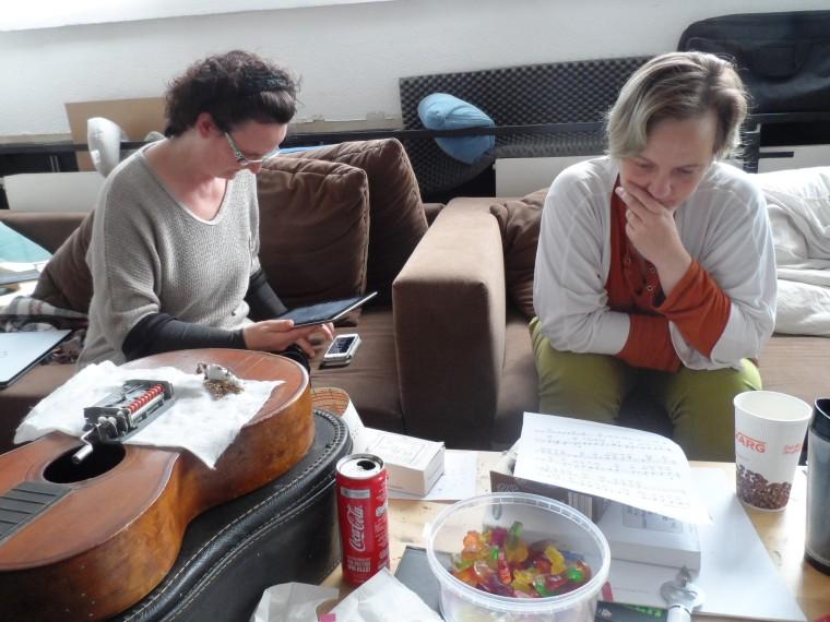 Sina und Doris beim Notenstudium für eine Gesangseinlage