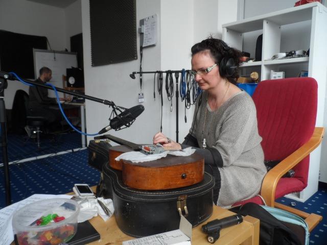 Doris bändigt ihr Riesen Pling-Plong, den Dinosaurier aller Synthesizer