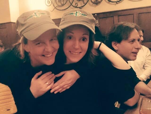 Sina (links), Scheff von die TARDIS, und Barbara (rechts), überwältigt vor Glück