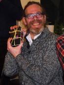 Bryan freut sich über sein Premierengeschenk: Proviantliste, Stift und Notration.